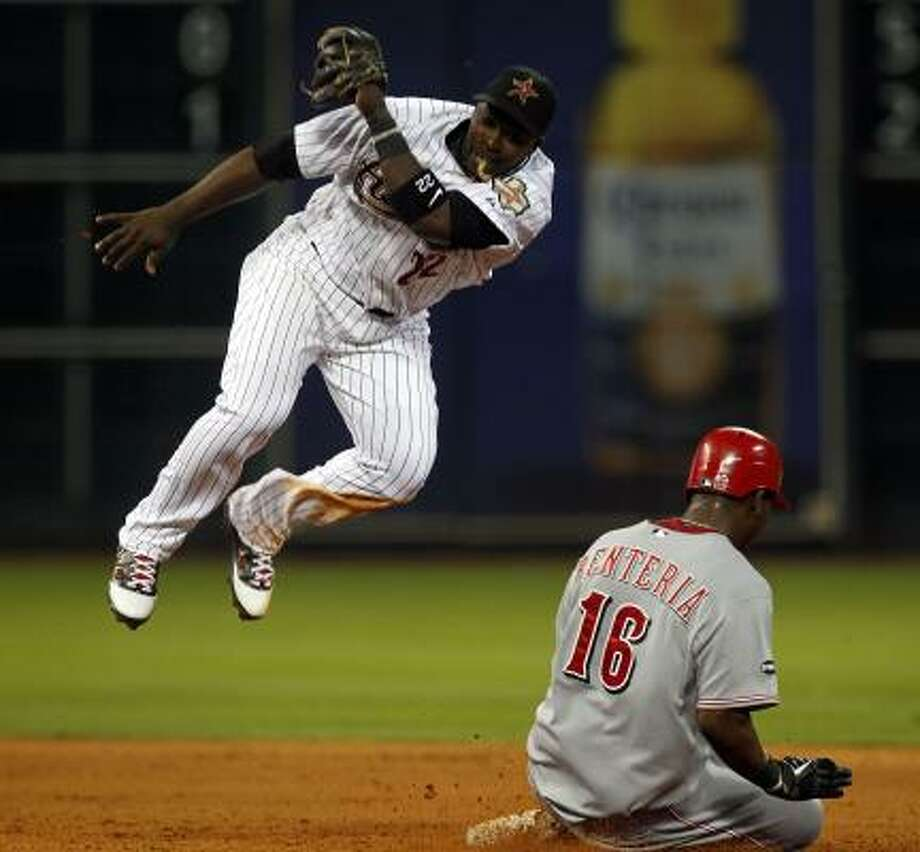 Reds shortstop Edgar Renteria slides under the tag of Astros second baseman Bill Hall after stealing second base in the fourth inning. Photo: Johnny Hanson, Chronicle