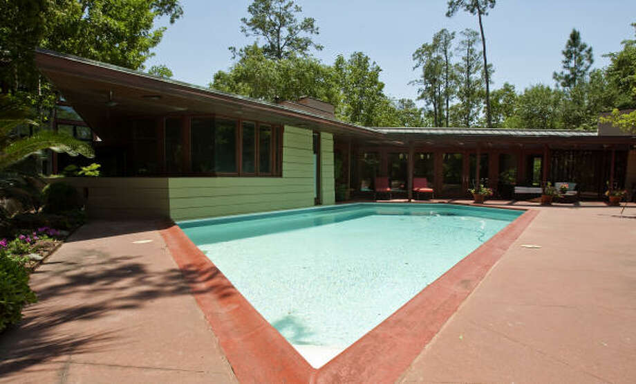 The pool, nestled into the wide corner of the L-shaped house, was a parallelogram with a notch out of one corner. Photo: Nick De La Torre, Houston Chronicle