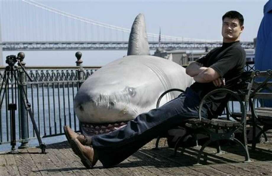El jugador chino de la NBA, Yao Ming, se reúne con niños durante la grabación de un anuncio público a favor de que se prohíba la sopa de aleta de tiburón en el Barrio Chino de San Francisco, California. La imagen corresponde al jueves 5 de mayo de 2011. Los partidarios de una iniciativa de ley para que se prohíba en California la aleta de tiburón buscaron el apoyo del basquetbolista,  quien expresó su acuerdo. La sopa de aleta de tiburón es un manjar en la tradición china. Políticos estadounidenses de origen chino se encuentran en el fuego cruzado entre los adoradores del platillo y los defensores de los derechos de los animales. Photo: Jeff Chiu, AP