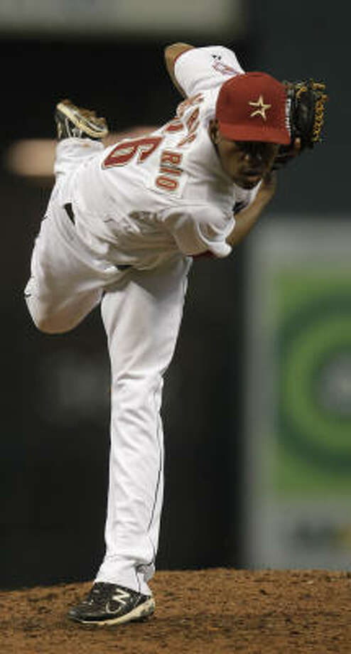 Astros reliever Enerio Del Rosario pitches during the eighth inning. Photo: Karen Warren, Chronicle