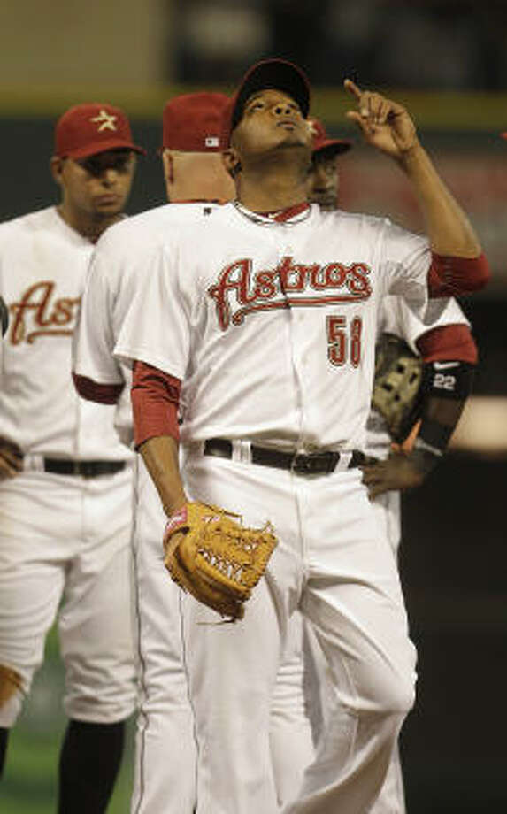 Astros reliever Fernando Abad walks off the mound as he is relieved by manager Brad Mills during the seventh inning. Photo: Karen Warren, Chronicle