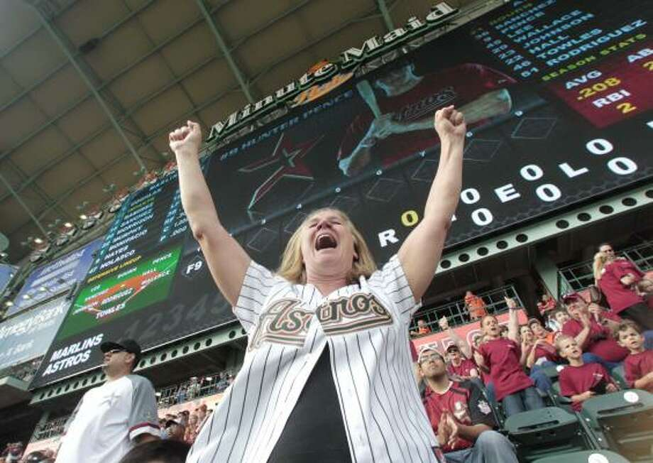 Felicia Seaman cheers on a double hit by Hunter Pence in the bottom of the first inning. Photo: Billy Smith II, Chronicle