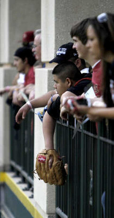 Fans watch batting practice. Photo: Karen Warren, Chronicle
