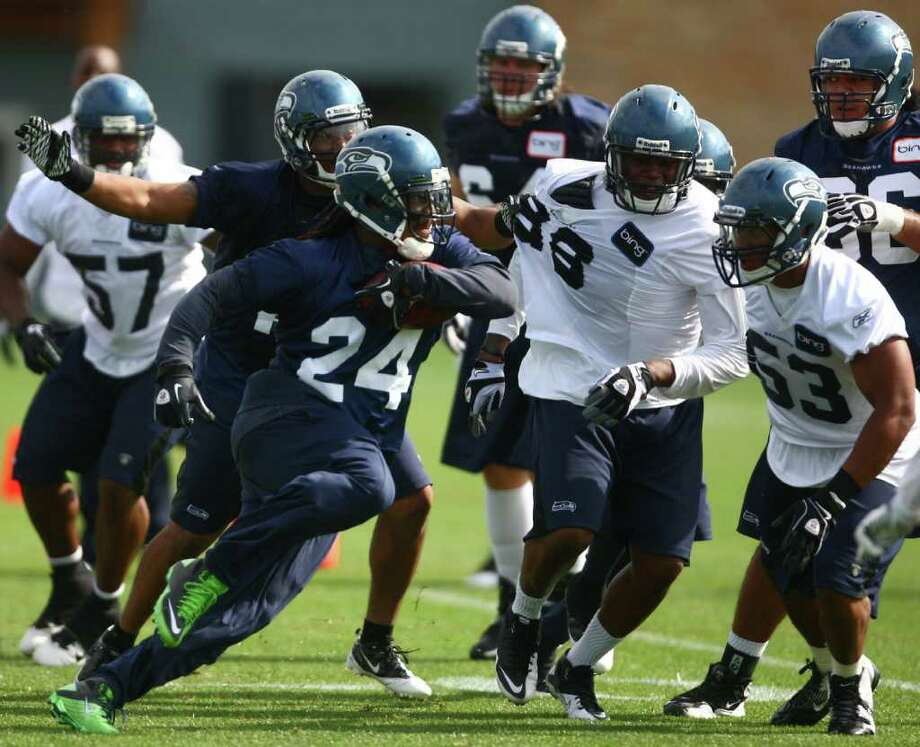 Marshawn Lynch (24) takes off in one of his signature moves. Photo: JOSHUA TRUJILLO / SEATTLEPI.COM