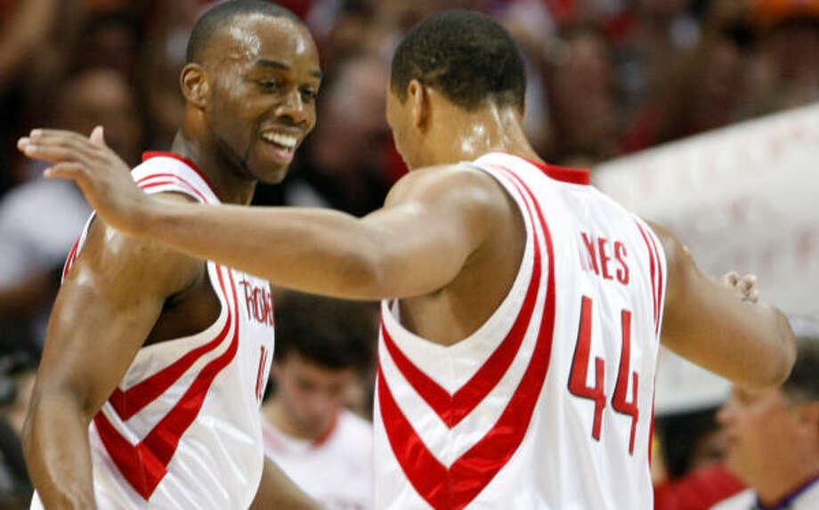 Carl Landry, left, will be on board when Chuck Hayes and the rest of the Rockets start camp. Photo: Nick De La Torre, Chronicle
