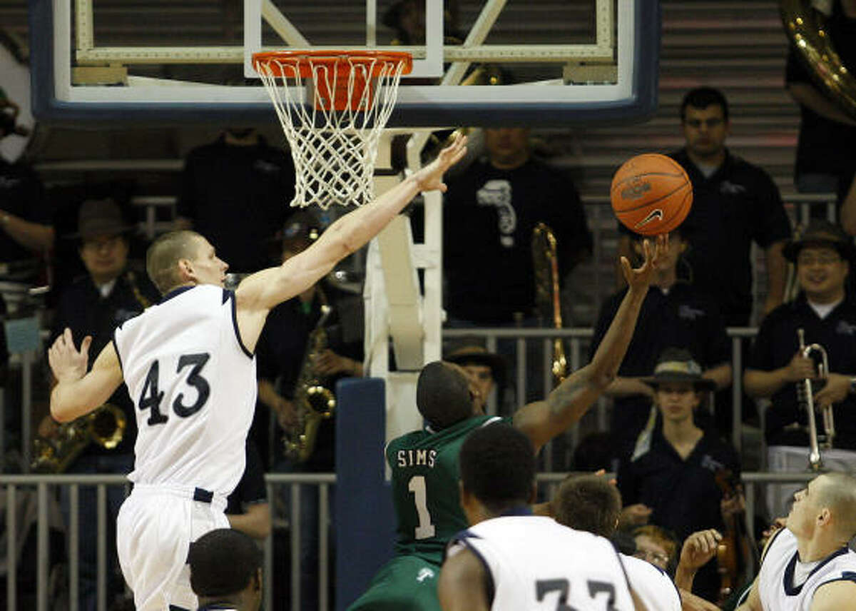 Tulane's Kevin Sims (1) hit a layup at the buzzer to give the Green Wave a 61-59 win over Rice on Wednesday night.