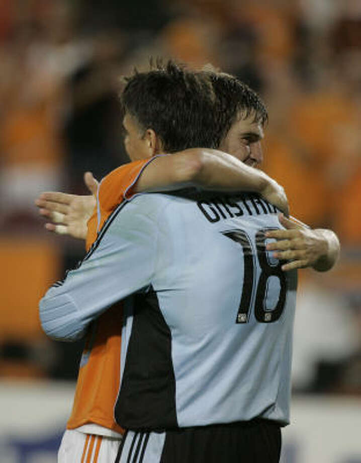 Houston's Bobby Boswell celebrates the 2-0 victory over Mexico's Pachuca with teammate and goalkeeper Pat Onstad. Photo: Leonardo Carrizo, Chronicle