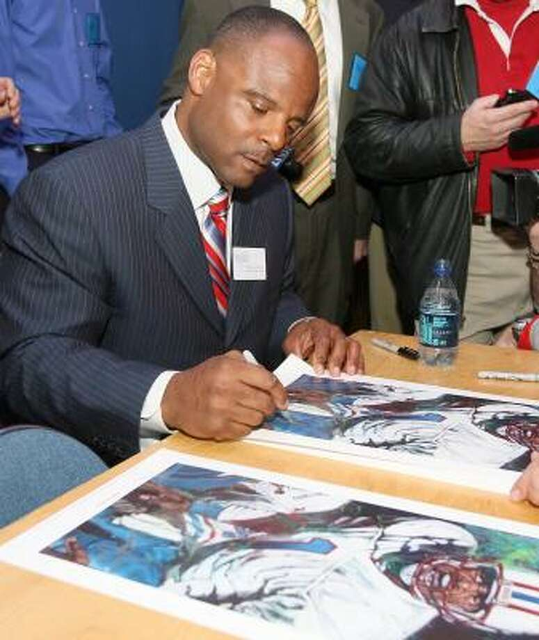 Former Oilers quarterback Warren Moon accommodates autograph-hungry fans before being inducted into the Texas Sports Hall of Fame on Thursday night. Moon joined former Comets player Cynthia Cooper, University of Texas athletic director DeLoss Dodds, former Brenham High School star and former Texas running back Roosevelt Leaks, Olympic gold medalist Rafer Johnson, Cowboys owner Jerry Jones, former Cowboys running back Don Perkins, and former Hooks High School star and former Detroit Lions running back Billy Sims. Photo: Duane A. Laverty, AP