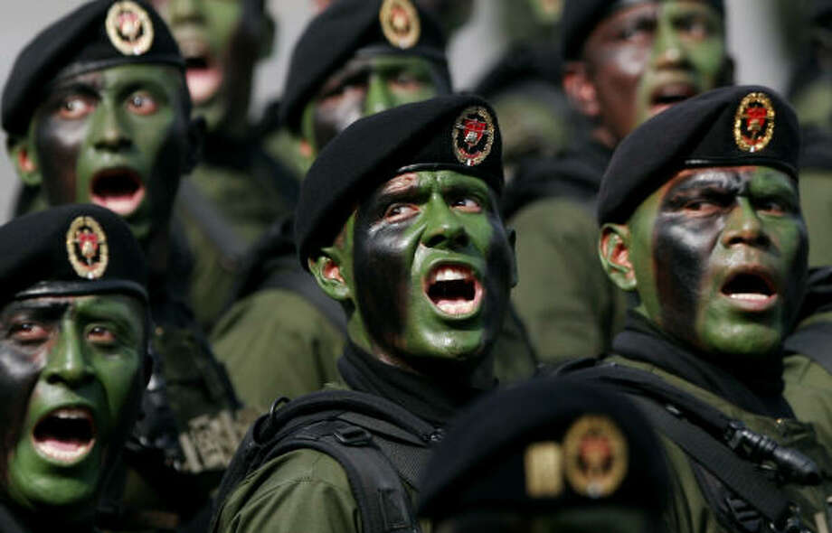 Soldiers march during Independence Day celebrations Saturday in Zocalo Plaza. More than 20,000 soldiers marched and rode on tanks during the military parade. Photo: MARCO UGARTE, AP