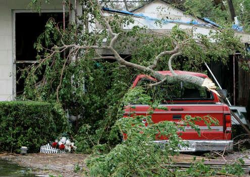 Un árbol dañó este vehículo estacionado en una casa de Port Arthur, Texas. Photo: Tony Gutierrez, AP