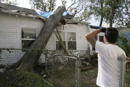 Ronald Mondragón, de 43 años, observa el jueves 18 de septiembre el daño que Ike le provocó a su casa en Houston. Photo: Julio Cortez, Houston Chronicle