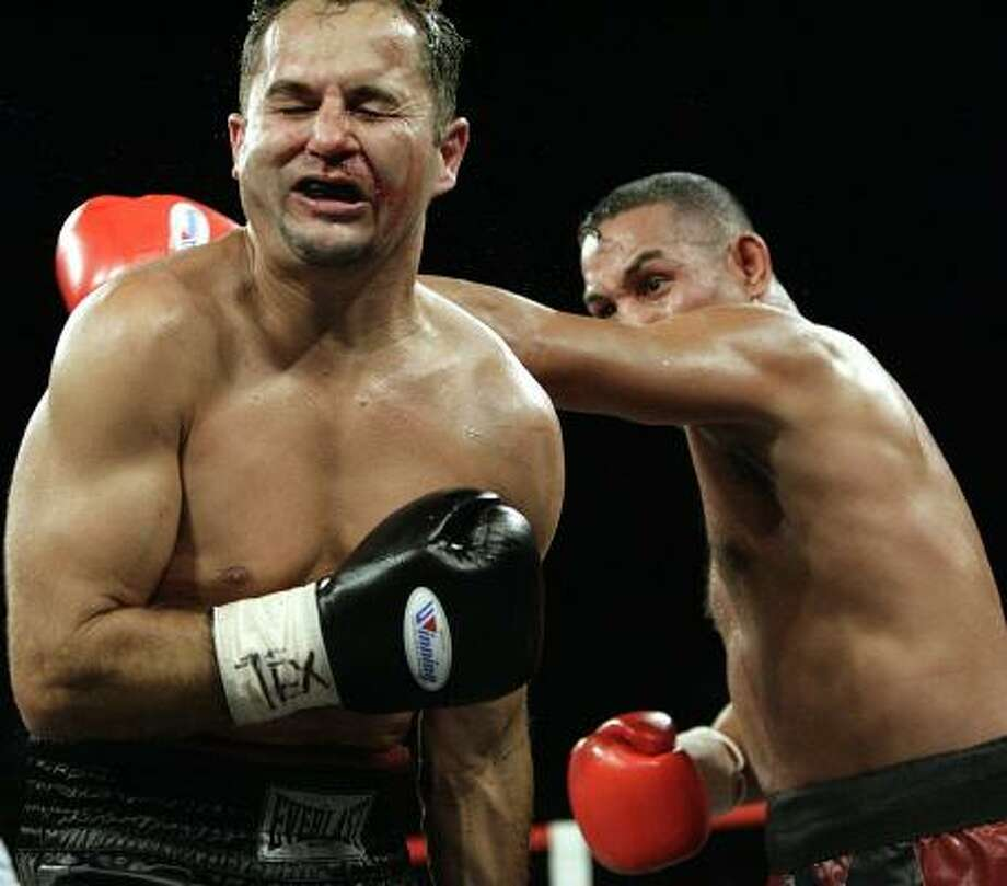 "Hector ""Macho"" Camacho, right, wins his fight in the 154-pound class by stopping Perry Ballard in the seventh round on July 18, 2008. Photo: ERIC KAYNE, CHRONICLE"