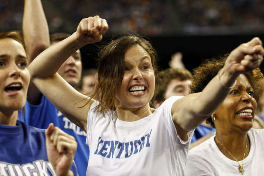 Actess and University of Kentucky alumnus Ashley Judd cheers during the final minutes of Kentucky's loss to Connecticut on Saturday. Photo: Michael Paulsen, Chronicle
