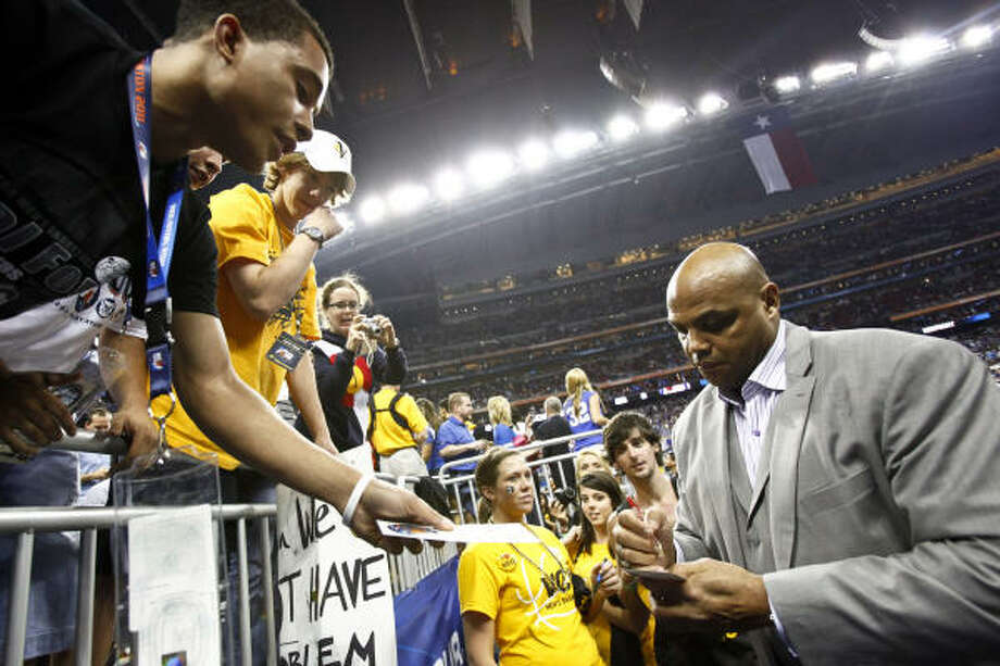Charles Barkley signs autographs before the start of the Kentucky vs. Connecticut game. Photo: Michael Paulsen, Chronicle