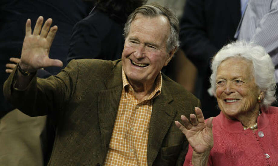 Former President George H.W. Bush and former first lady Barbara Bush before Virginia Commonwealth played Butler in the NCAA National Semifinals. Photo: Nick De La Torre, Houston Chronicle