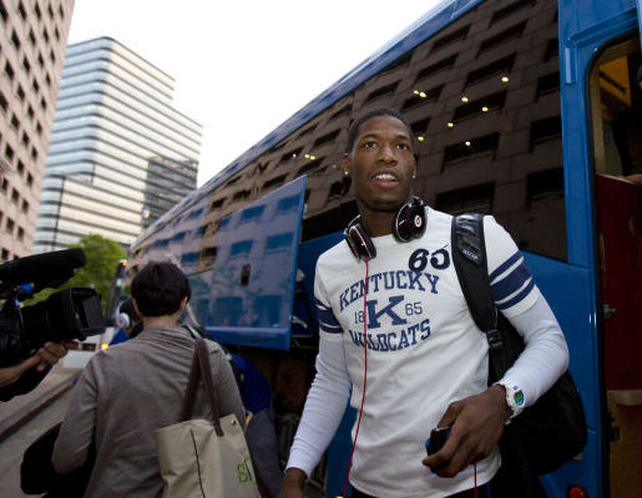 Kentucky guard DeAndre Liggins walks off the bus as he and his teammates arrive at the Hilton Post Oak. Photo: Nick De La Torre, Chronicle