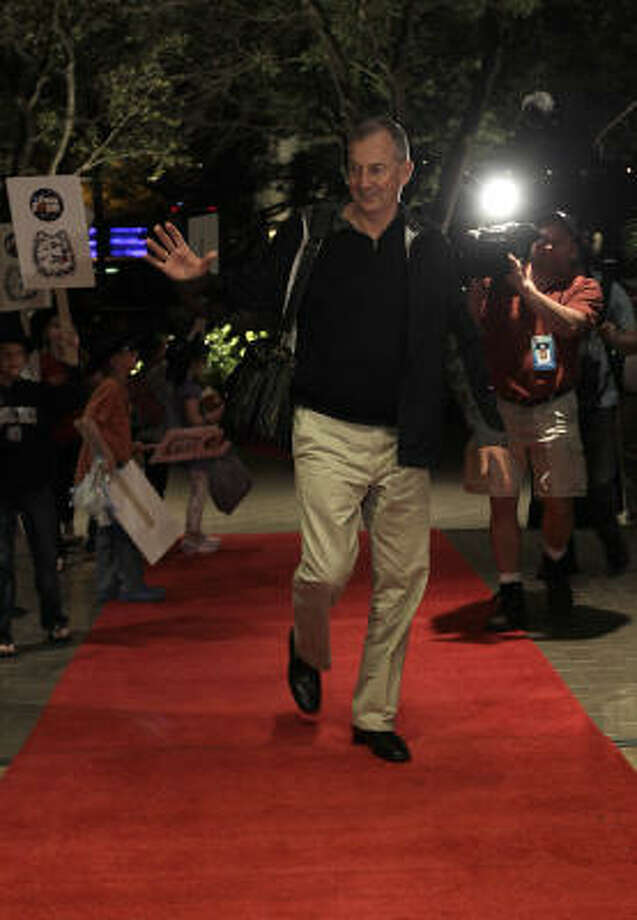 Connecticut Huskies head coach Jim Calhoun walks into the lobby of the JW Marriott in the Galleria, as he and the players of UConn arrive at their hotel, Wednesday, March 30, 2011, in Houston. Photo: Karen Warren, Houston Chronicle