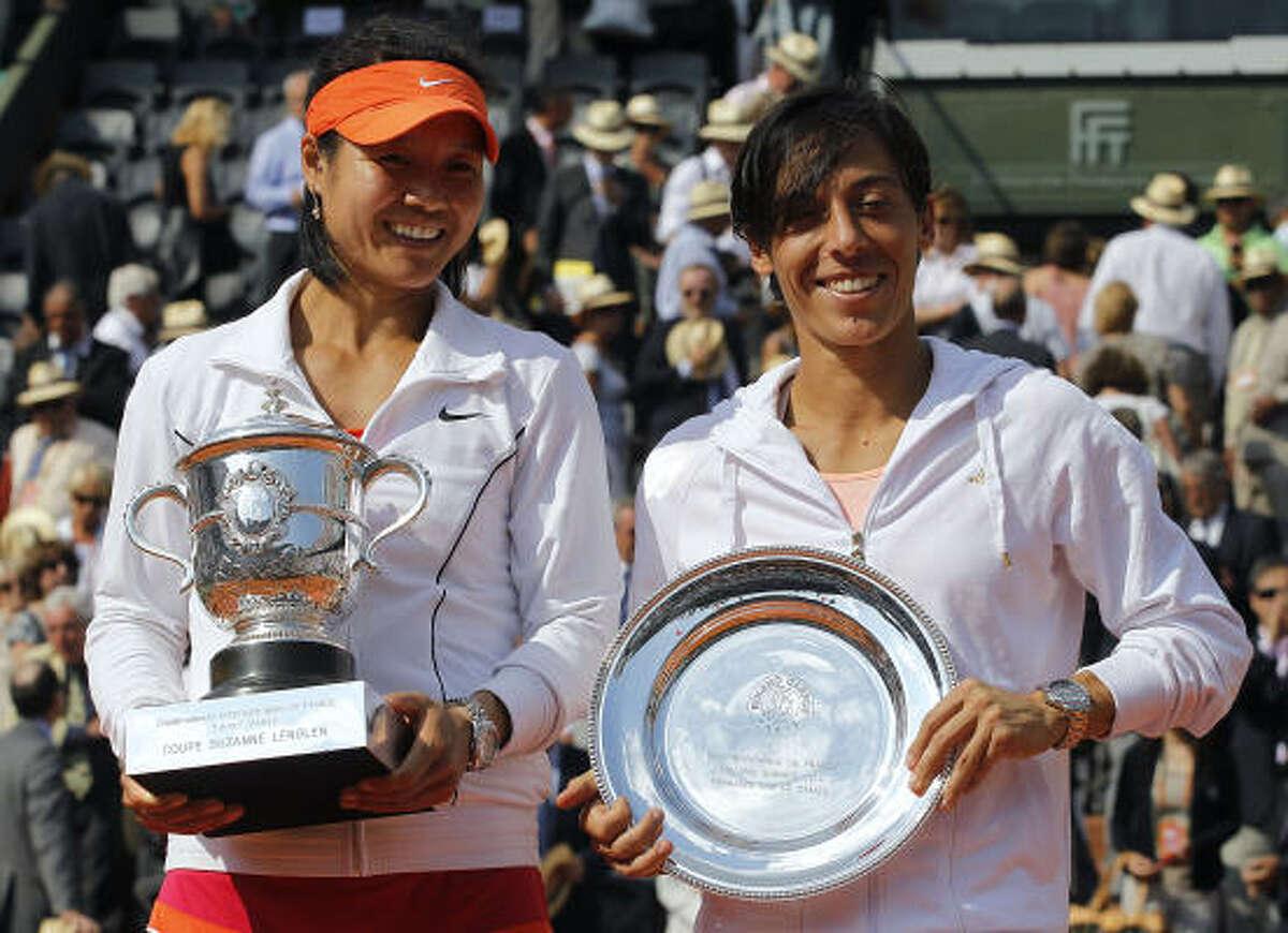Li Na (L) holds the trophy after winning over Francesca Schiavone.