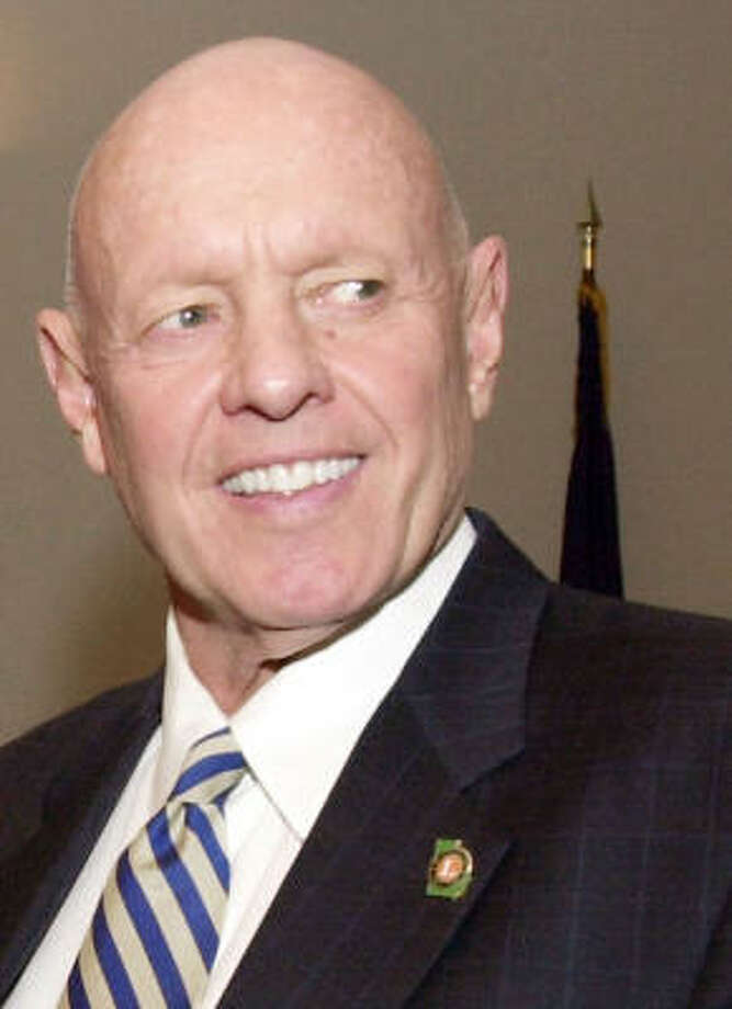 "Stephen R. Covey—the author of ""The Seven Habits of Highly Effective People,"" that book we all have on our shelves—has ""The Book of Mormon"" on his. Photo: RIC FELD, AP"