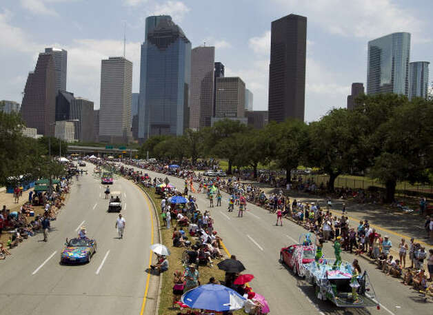 Both lanes of Allen Parkway showcase the art cars. Photo: Nick De La Torre, Chronicle / HC