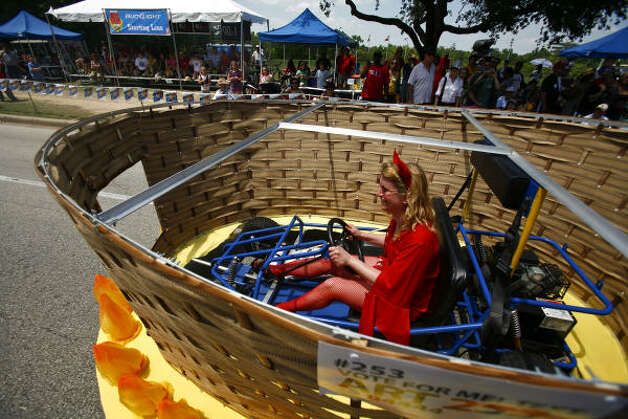 This art basket is perfect for trips to the grocery store. Photo: Michael Paulsen, Houston Chronicle / HC