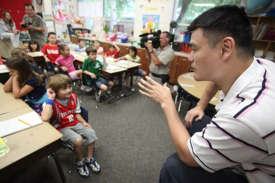 Yao Ming answers questions from first-graders. Photo: Mayra Beltran, Houston Chronicle