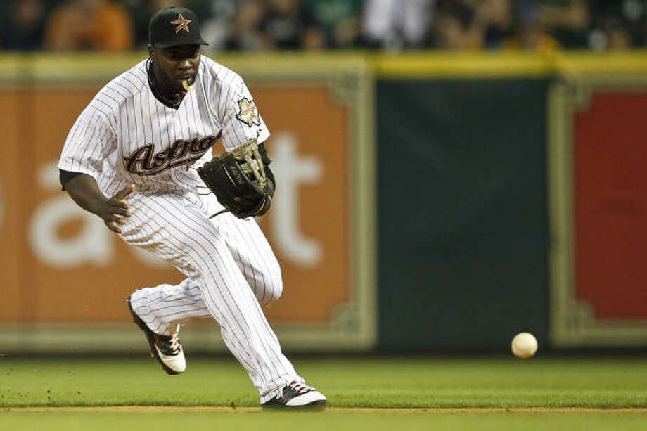 Astros second baseman Bill Hall fields a ground ball during the fifth inning. Photo: Michael Paulsen, Chronicle
