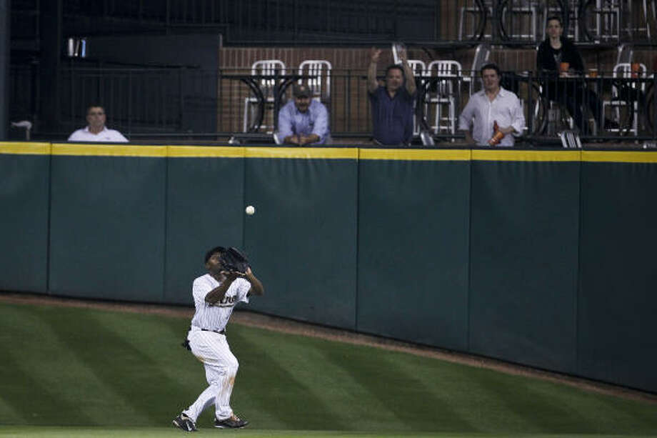 Astros center fielder Michael Bourn catches a fly ball for the game-ending out. Photo: Michael Paulsen, Chronicle