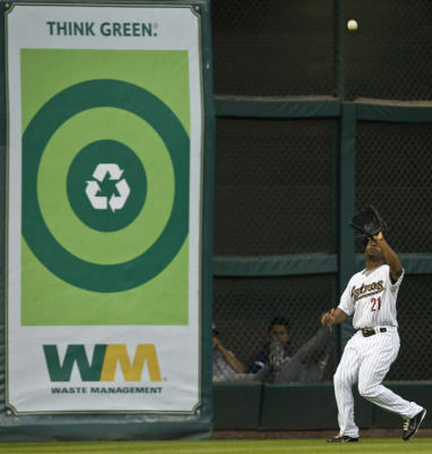 Astros center fielder Michael Bourn settles under a fly ball during the second inning. Photo: Michael Paulsen, Chronicle