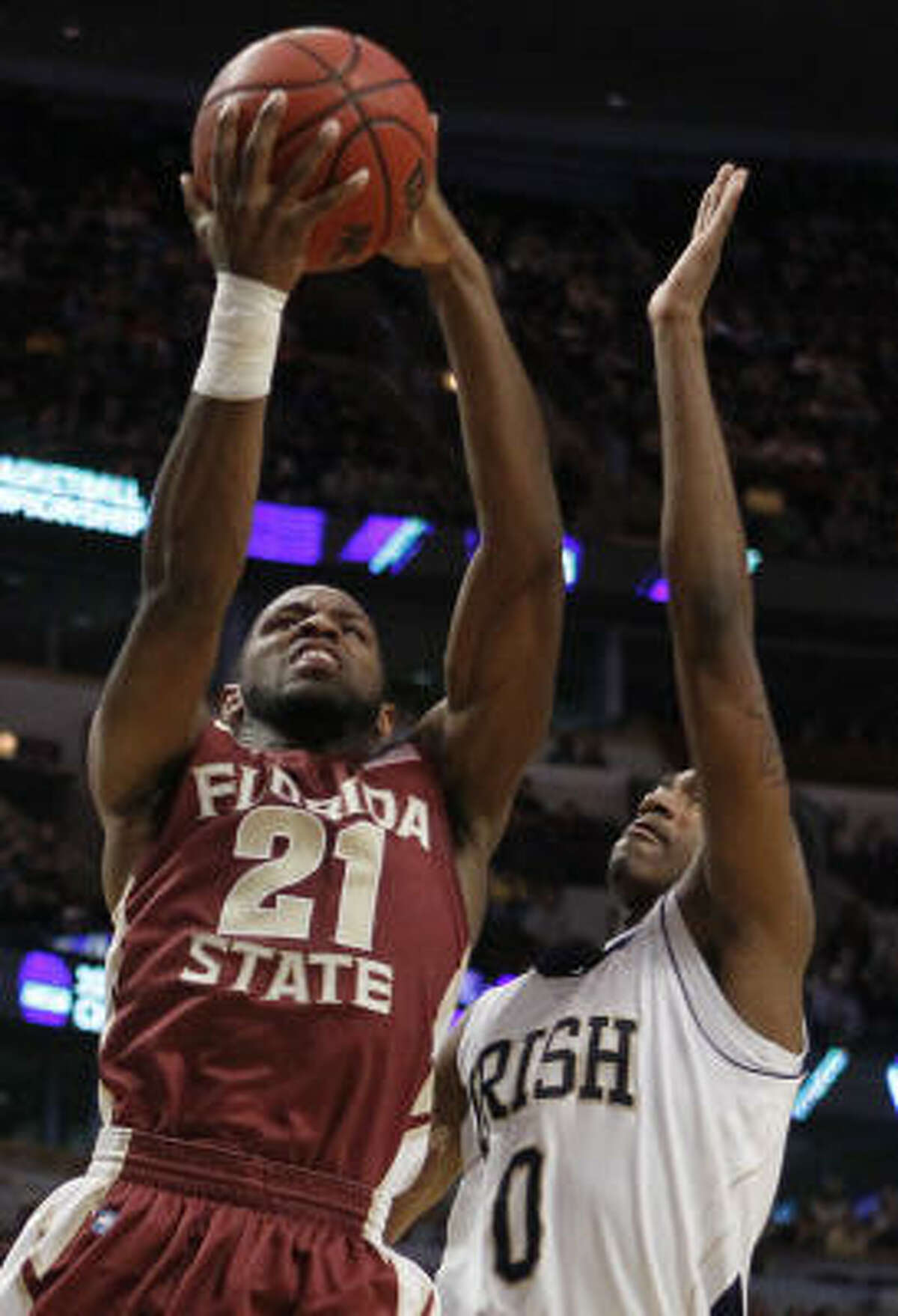 Florida State guard Michael Snaer (21) goes up for a basket against Notre Dame guard Eric Atkins (0).