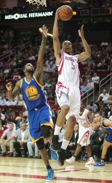 Rockets guard Courtney Lee (5) puts up a shot as Warriors forward Dorell Wright (1) attempts to defe