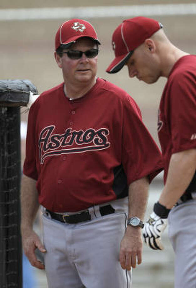Astros hitting coach Mike Barnett chats with infielder Clint Barmes. Photo: Karen Warren, Chronicle