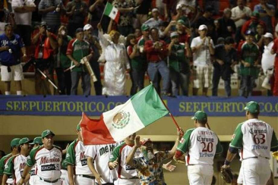 Los jugadores de México festejan tras vencer 3-2 a Venezuela en la Serie del Caribe el lunes, 7 de febrero de 2011, en Mayagüez, Puerto Rico. Photo: Ricardo Arduengo, AP