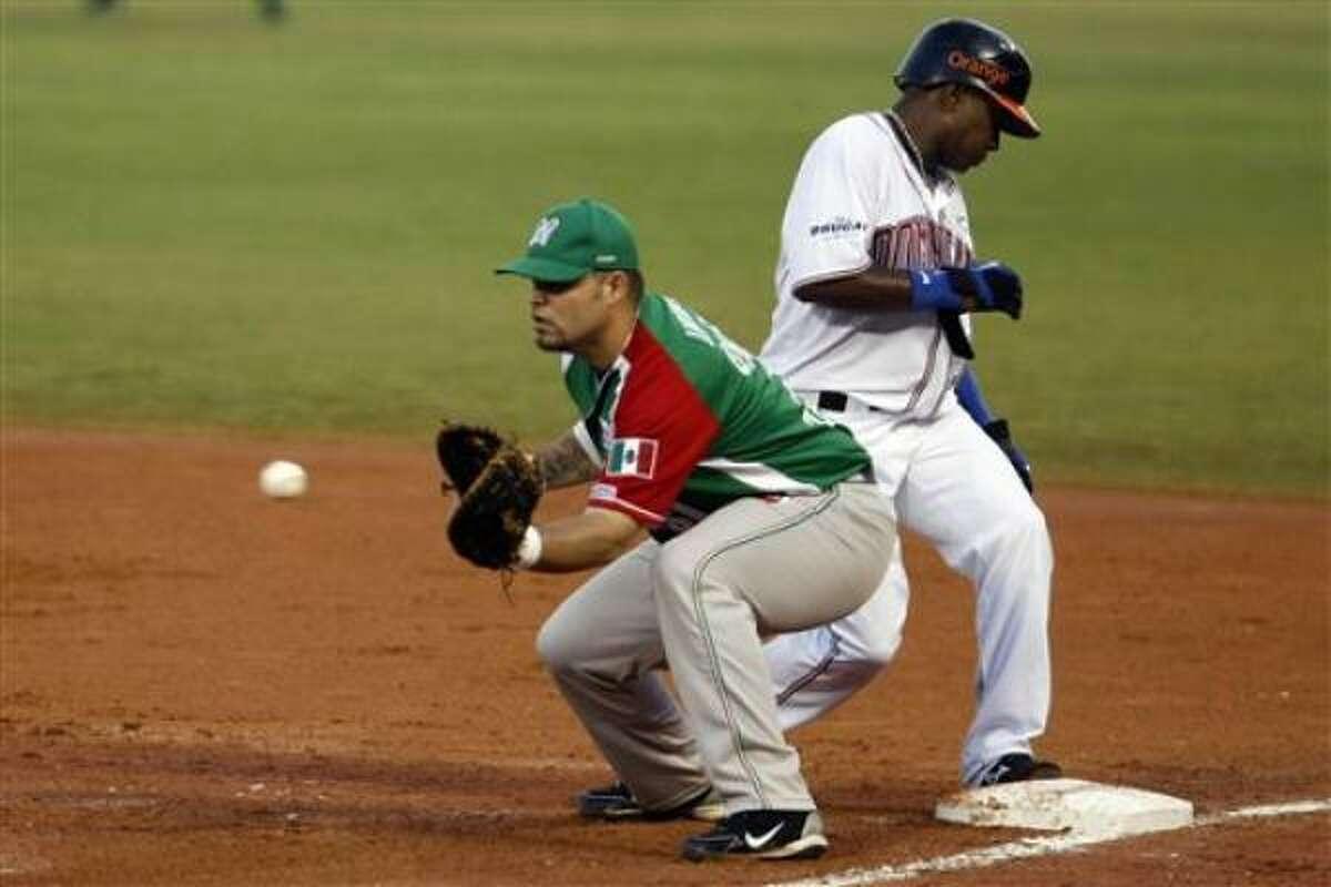 El jugador de Méxco, Jorge Vázquez, izquierda, en una jugada contra República Dominicana en la Serie del Caribe el sábado, 5 de febrero de 2011, en Mayagüez, Puerto Rico. Vázquez fue elegido jugador más valioso del torneo.