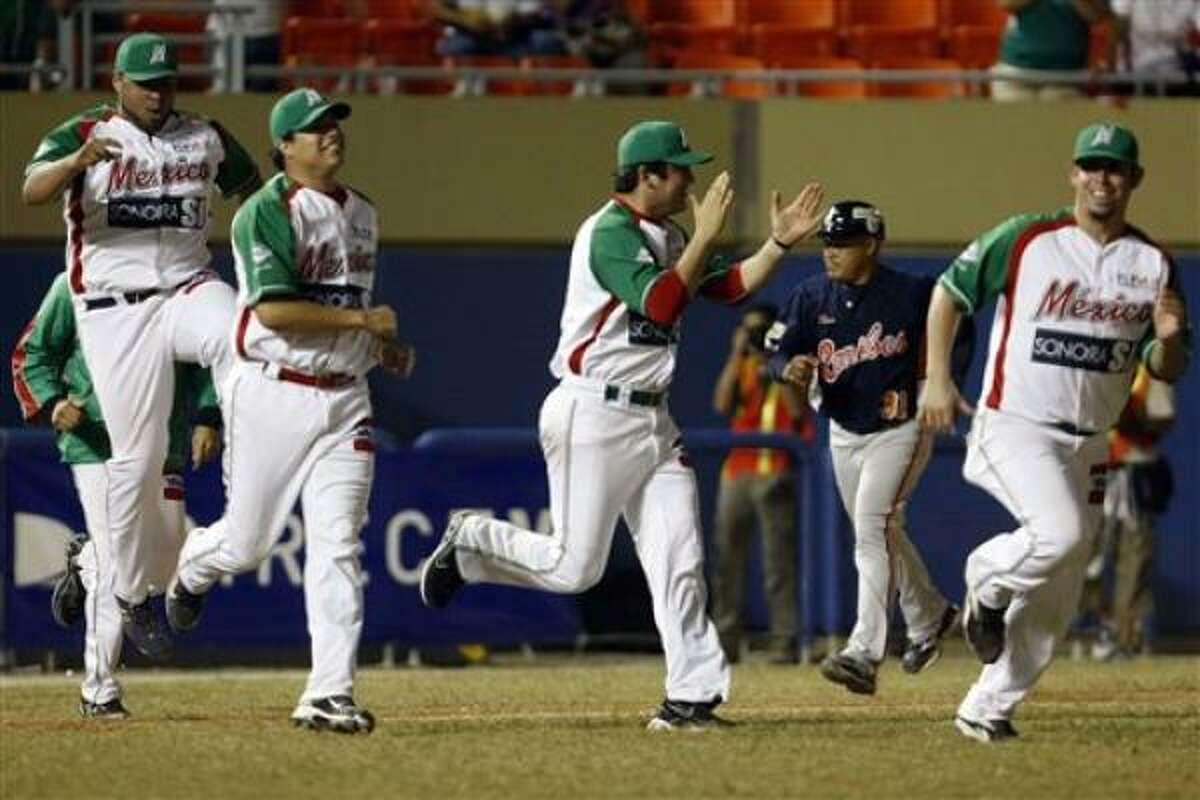 Los jugadores de México, festejan tras vencer 3-2 a Venezuela en la Serie del Caribe el lunes, 7 de febrero de 2011, en Mayagüez, Puerto Rico.