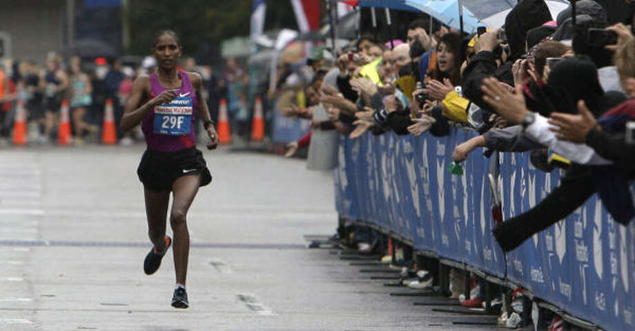 Mamitu Daska races to the finish line to win the women's championship. Photo: James Nielsen, Chronicle