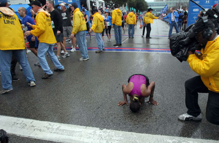 Mamitu Daska kisses the ground after winning the women's championship. Photo: James Nielsen, Chronicle