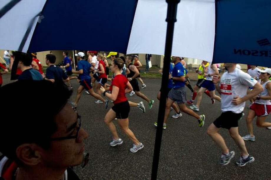 Raul Martinez watches runners make their way down Michaux during the fifth mile. Photo: Johnny Hanson, Chronicle