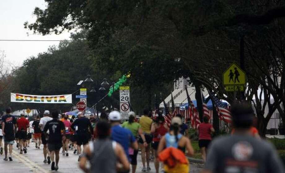 Runners make their way down University Blvd. Photo: Johnny Hanson, Houston Chronicle