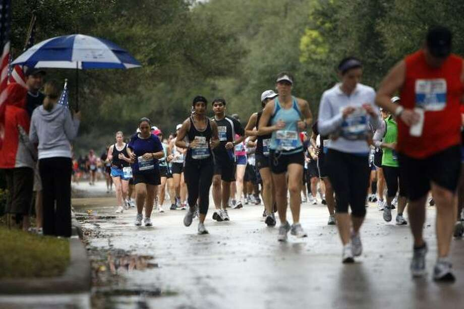 Spectators watch as the runners reach the 13th mile. Photo: Johnny Hanson, Houston Chronicle