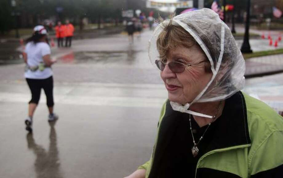 Cora Federman watches as runners make their way down University Blvd. Photo: Johnny Hanson, Chronicle