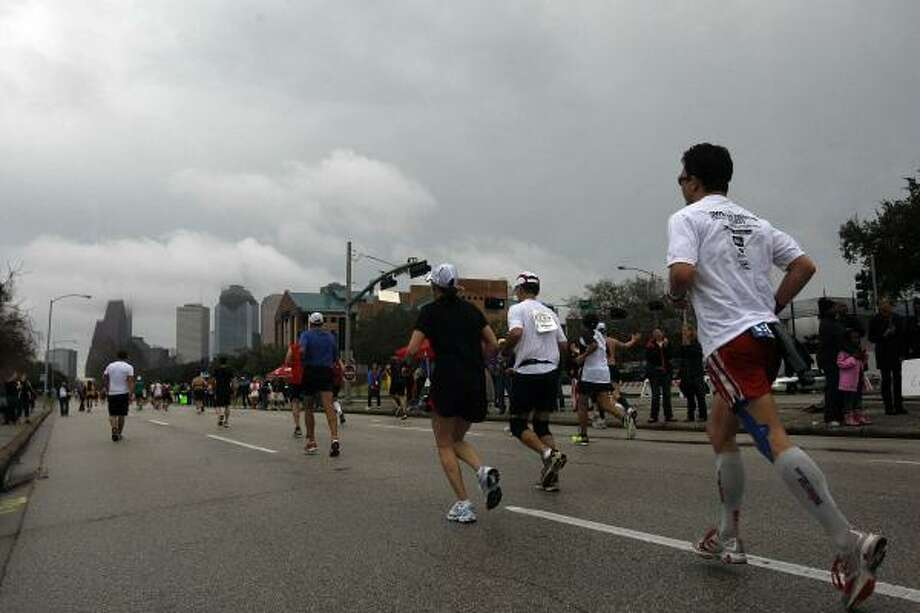 Runners make their way along Allen Parkway. Photo: Johnny Hanson, Chronicle