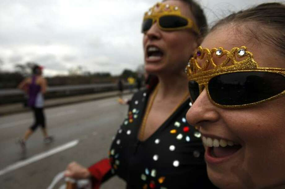 Kimberly McCulloch,left, and Kelley Horton cheer on runners near the 24th mile. Photo: Johnny Hanson, Chronicle