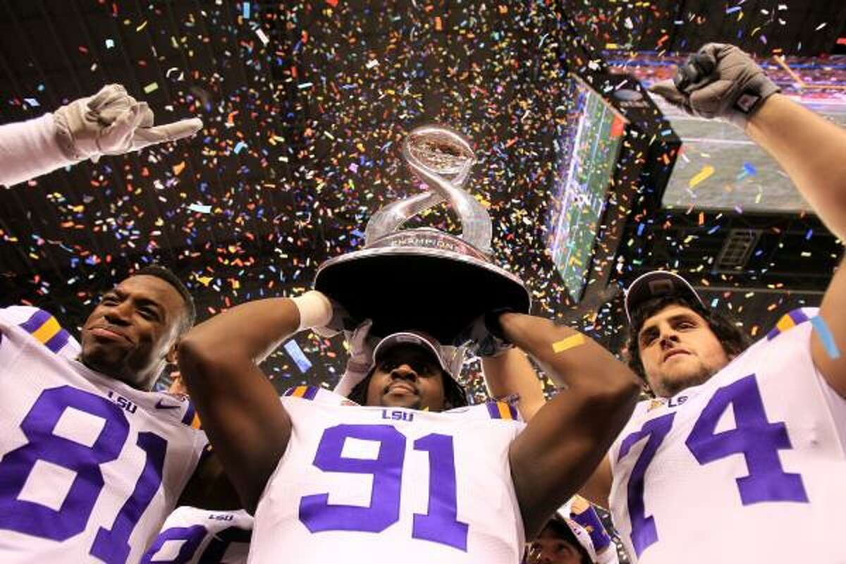LSU 41, Texas A&M 24 LSU wide receiver Armand Williams (81), defensive tackle Chris Davenport (91) and guard Josh Williford (74) hold up the Cotton Bowl.