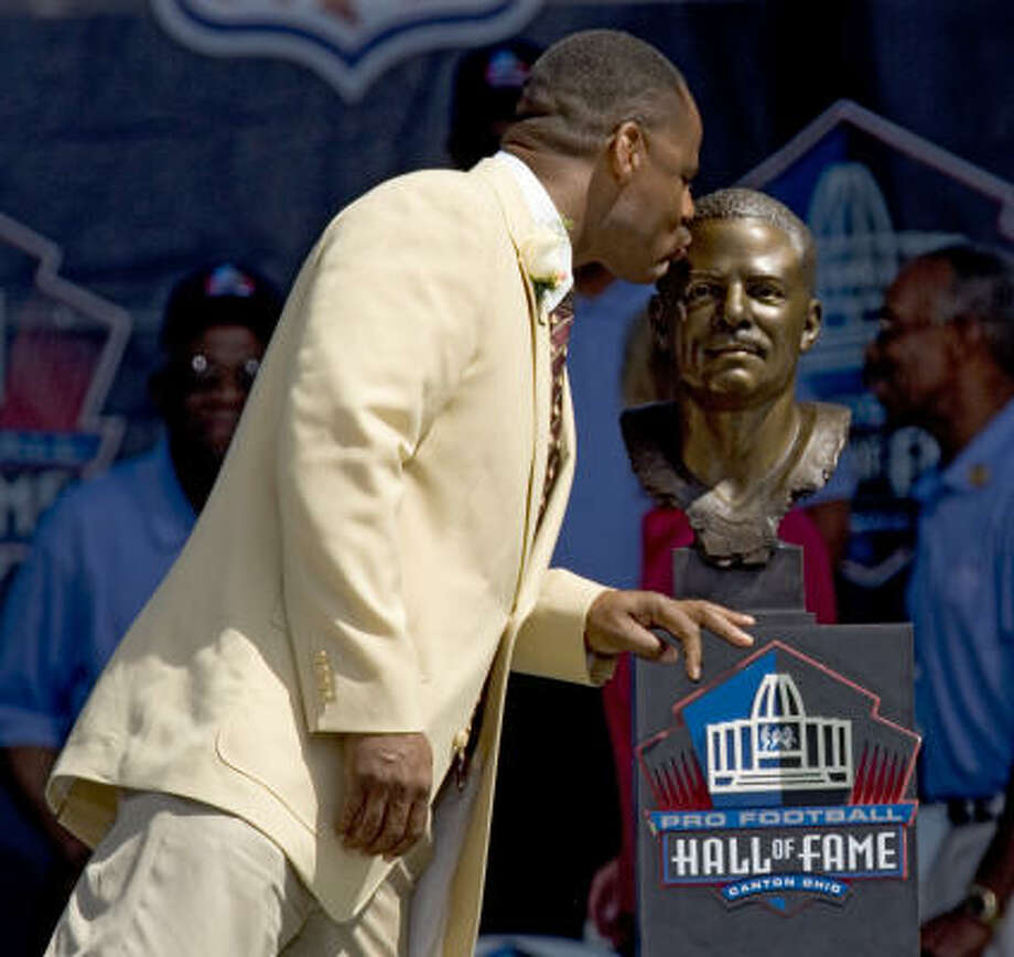 Former Houston Oilers quarterback Warren Moon kisses his Hall of Fame bust after it was unveiled during the Class of 2006 Hall of Fame induction ceremony on Saturday in Canton, Ohio. Photo: BRETT COOMER, CHRONICLE
