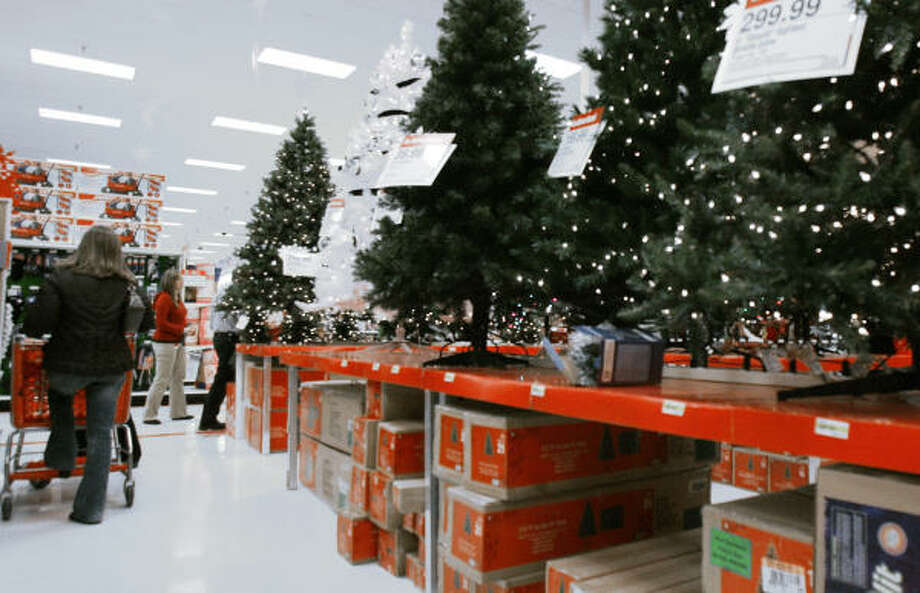 Christmas trees line the racks of a Target store in Bloomington, Minn., on Tuesday. The retailer reported a 16 percent gain in its third-quarter profit and is gearing up for a price war on toys with rival Wal-Mart for the holiday season. Photo: JIM MONE, AP