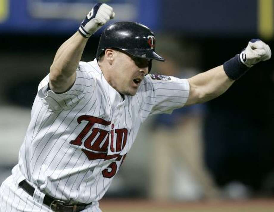 Mike Redmond's RBI single in the ninth inning pushed the Twins past the Braves for a series sweep. Photo: ANN HEISENFELT, ASSOCIATED PRESS