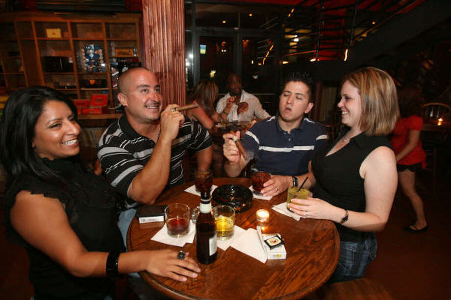De izquierda a derecha Yvette Franco, Jason Roncancio, Conrad Ramírez y Corrie Ramírez disfrutan de la calidad de los habanos. Photo: Bill Olive, Para La Vibra