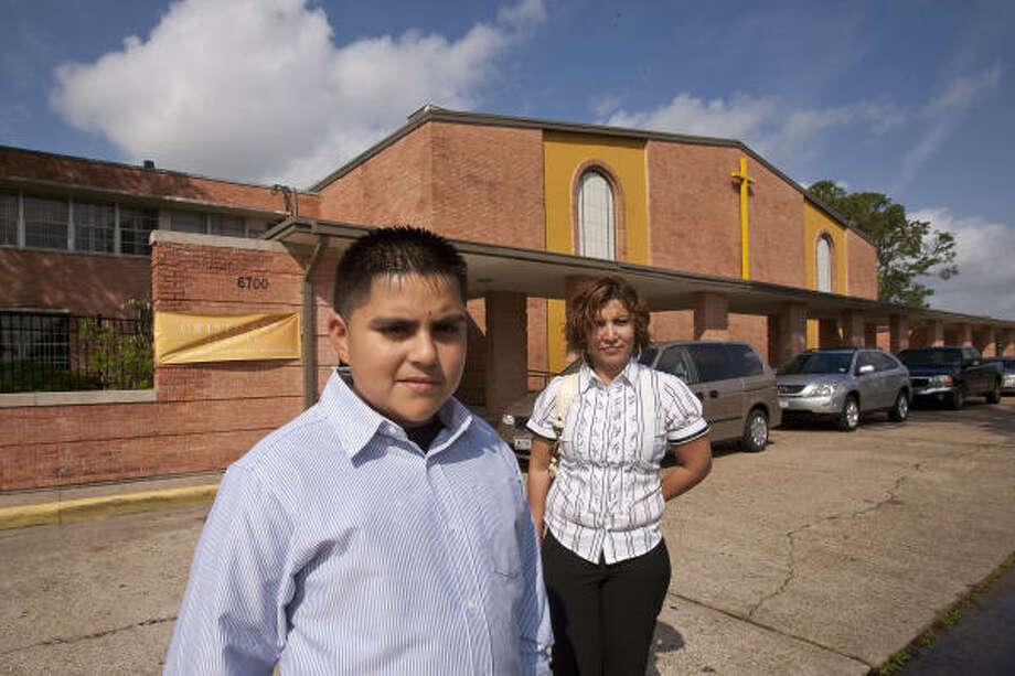 Para entrar en la escuela preparatoria Cristo Rey, Edgar Amaro y su madre, Hilda, pasaron por el riguroso proceso de entrevistas de selección. Photo: Nathan Lindstrom, Para La Voz