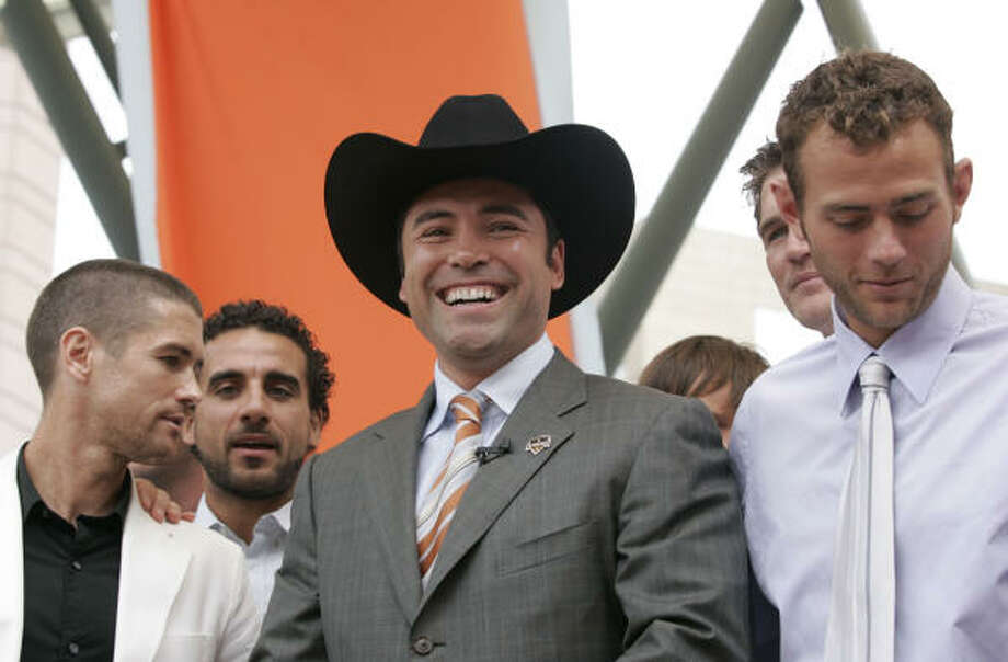Boxing champion Oscar De La Hoya receives a new cowboy hat from Dynamo team captain Wade Barrett and the rest of the team during a combined press conference and pep rally on Friday. Photo: Nathan Lindstrom, Para La Voz